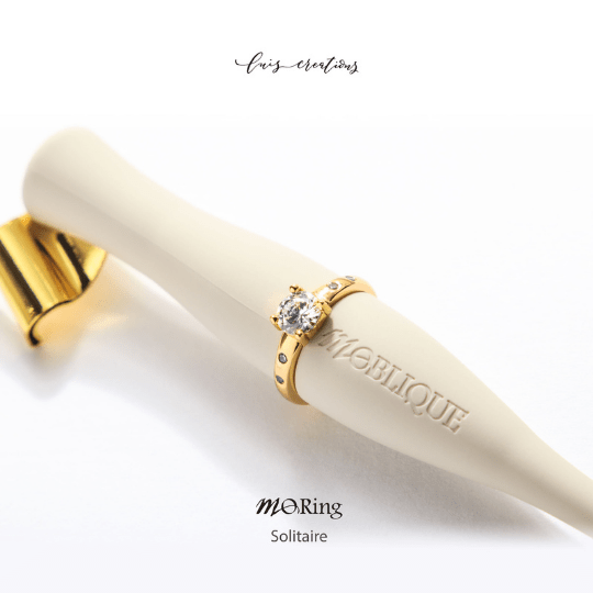 Moblique Solitaire Gold Mo Ring